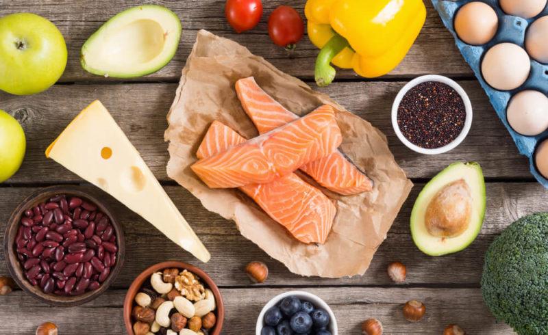 Aliments cétogènes sur une table