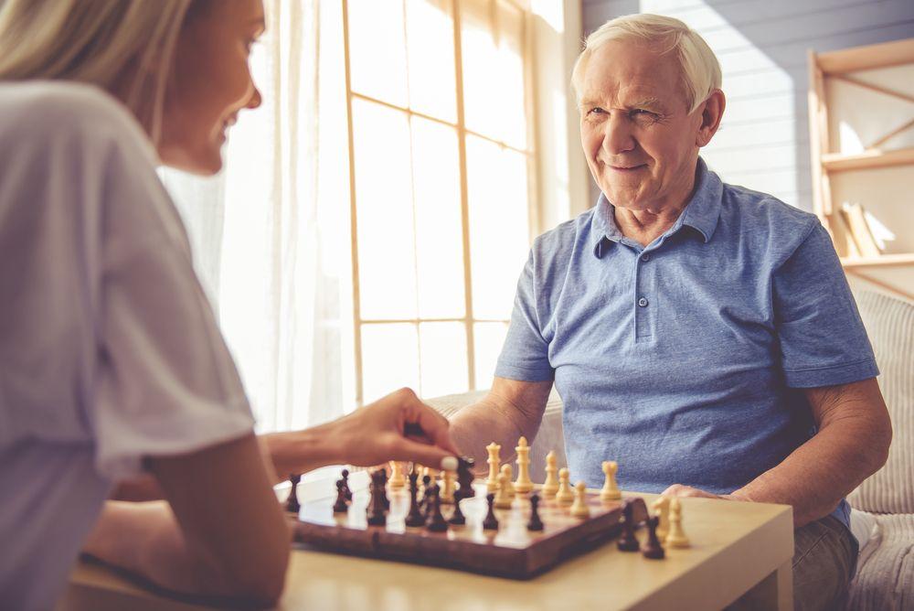 jeune fille et vieux monsieur qui jouent aux echecs
