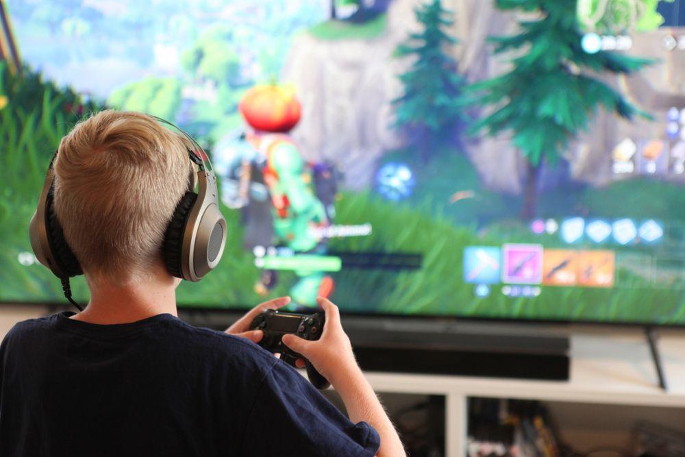 enfant qui joue aux jeux vidéo