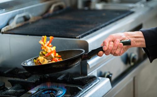 Cuisson de legumes dans un wok