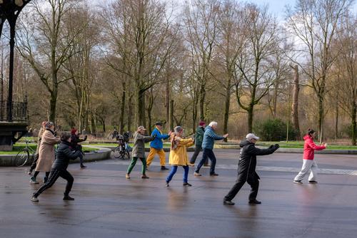 Groupe de personnes pratiquant le Qi Gong dans un parc