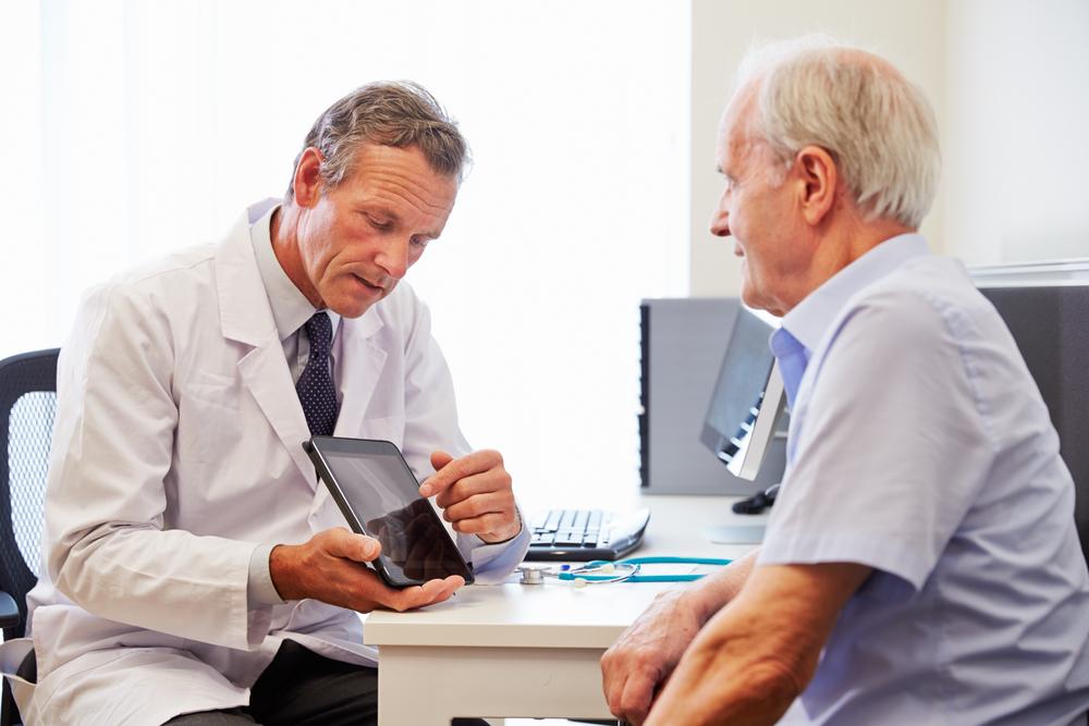 medecin parlant à son patient