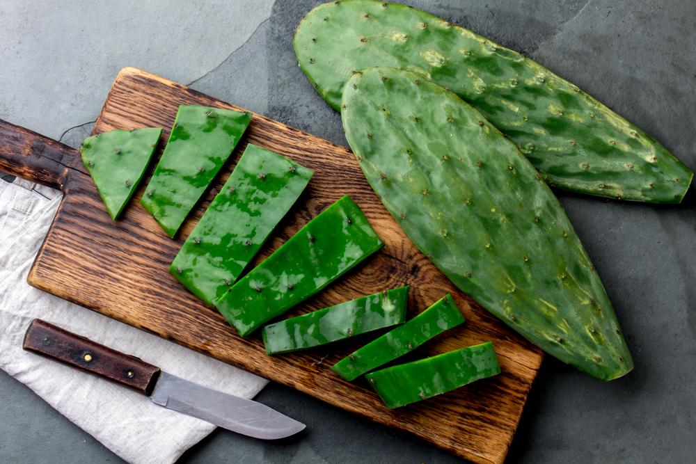 Cactus nopal sur une planche prêt à être consommé
