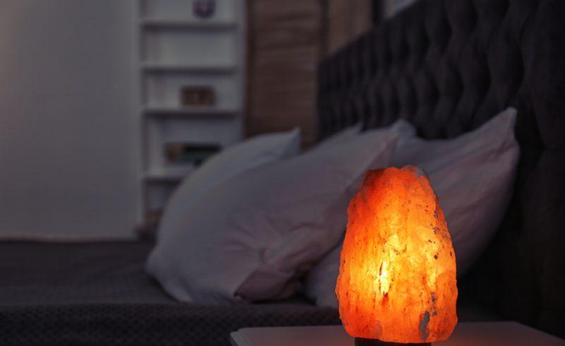 lampe d'Himalaya allumée dans une chambre la nuit