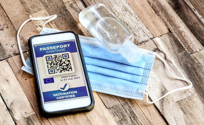 Passeport vaccinale sur une table en bois