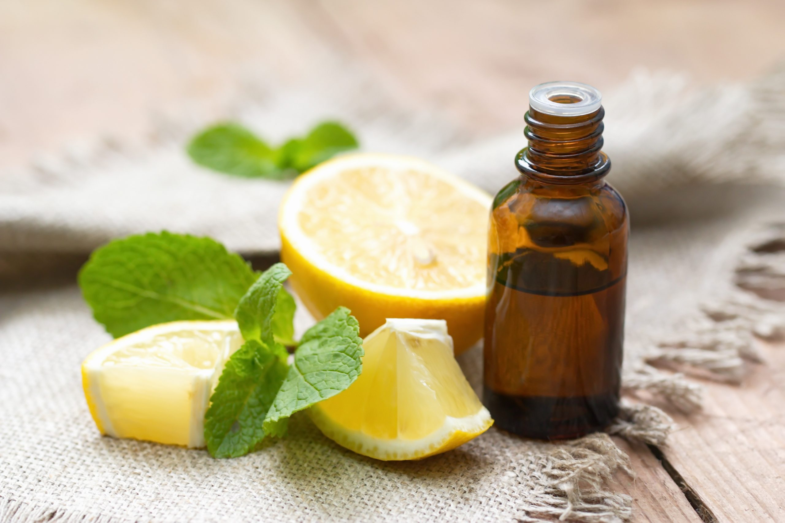 citrons et huile essentielle de citron posés sur une table