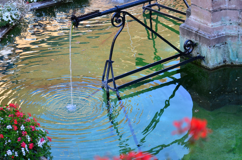 fontaine d'un village avec eau potable